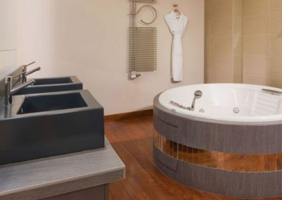 Mamaison-Hotel-Pokrovka-Moscow-One-bedroo-Exceptional_Suite-Bathroom_1360x680 5