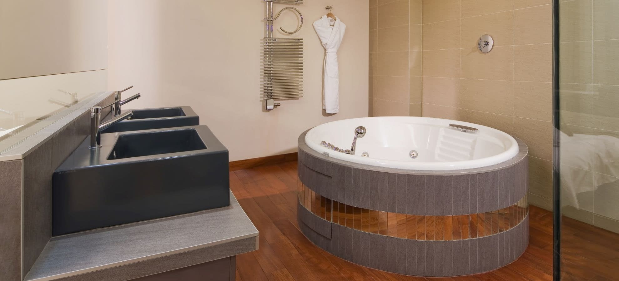 Mamaismamaison all suites spa hotel pokrovka one bedroom for Exceptional hotels